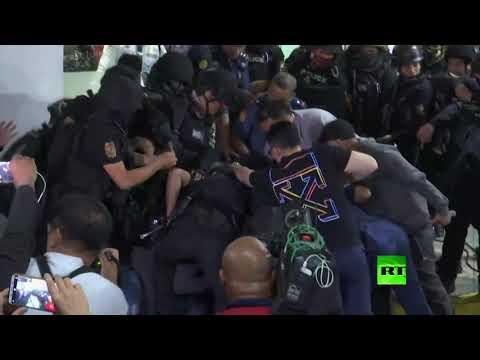 شاهد لحظة استسلام محتجز الرهائن في الفلبين