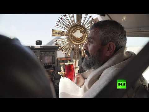 شاهد رجل دين مسيحي يبارك لبنان من الجو بسبب كورونا