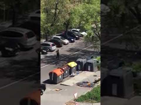 شاهد رجل شبه عار يهاجم شرطة مدريد بسيفين ويصرخ أنه مصاب بـكورونا