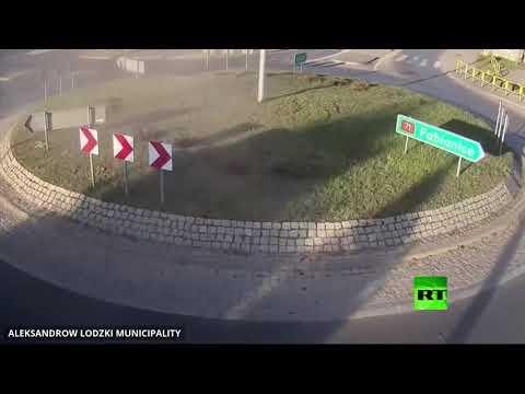شاهد لقطات مُثيرة لسيارة تطير في الهواء فوق تقاطع دائري