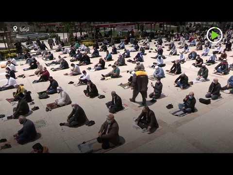 شاهد المئات يتجمعون لصلاة الجمعة في تركيا بعد أسابيع من الإغلاق