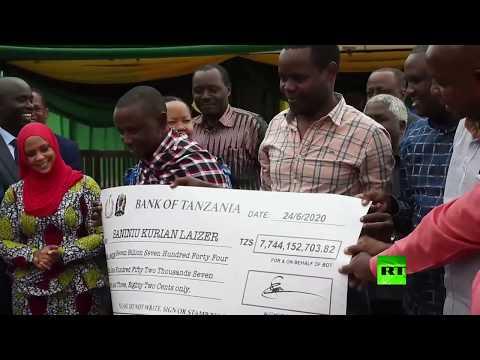 شاهد عامل منجم في تنزانيا يُصبح مليونيرًا بعد بيعه لـ2 من الأحجار النفيسة