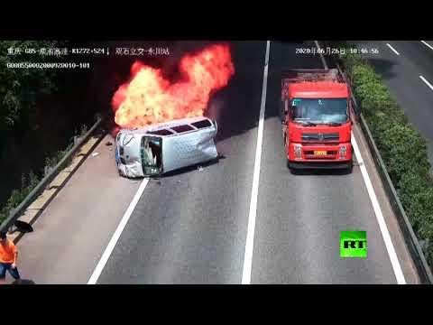 شاهد كاميرات المراقبة تُسجل لحظة وقوع حادث مروري خطير في الصين