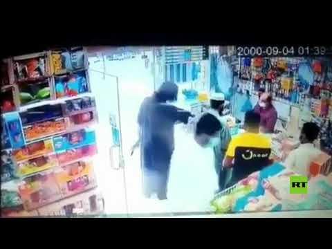 شاهد سعودي يقتحم متجرا بالسلاح في الرياض