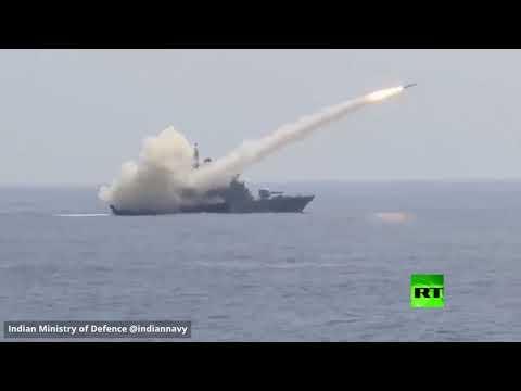 شاهد السفينة الحربية الهندية أي إن إس برابال تُطلق صاروخًا مضادًا للسفن