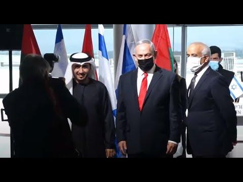شاهد رئيس وزراء إسرائيل يستقبل أول طائرة تجارية إماراتية قادمة من دبي