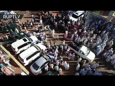 شاهد آلاف السودانيين يشيعون رئيس الوزراء السابق الصادق المهدي
