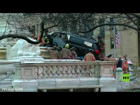 شاهد حافلة تصطدم بنصب تذكاري في نيويورك