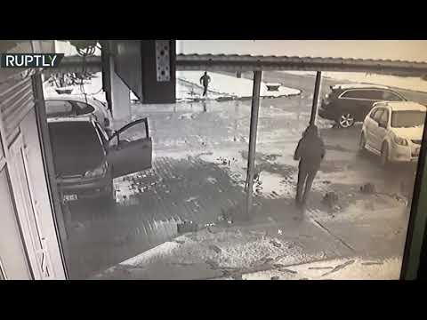 شاهد كاميرات تسجل لحظة انقلاب سيارة ونجاة رجل من الدهس في اللحظة الأخيرة