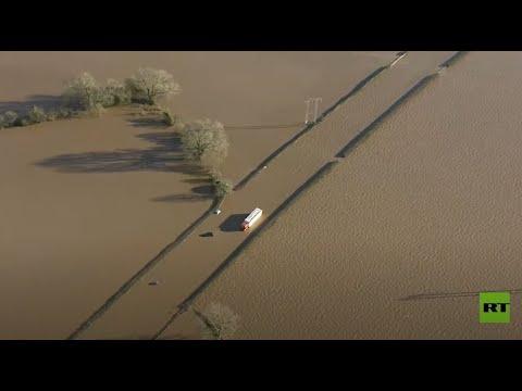 شاهدإجلاء الآلاف من منازلهم جراء فيضانات تضرب بريطانيا