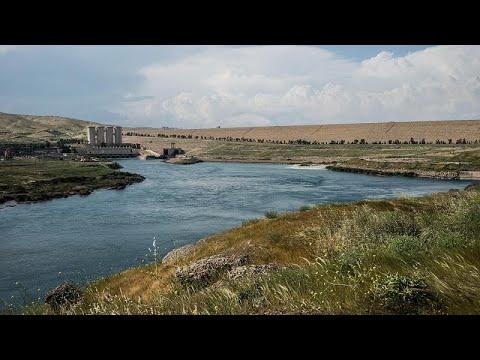 تراجع مستوى مياه سد الموصل يكشف عن مناظر جيولوجية فريدة تجذب السياح